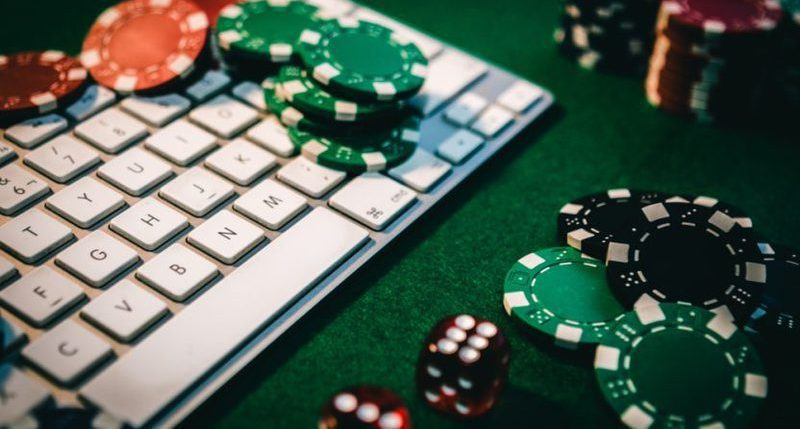 Do online gambling platforms help players save money?